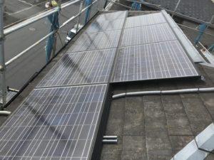 太陽光が設置された劣化した屋根