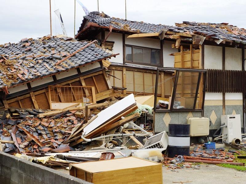 倒壊した瓦屋根
