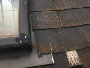 割れている屋根材