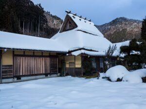 雪の茅葺屋根